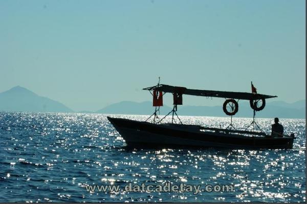 ters ışıkta balıkçı teknesi