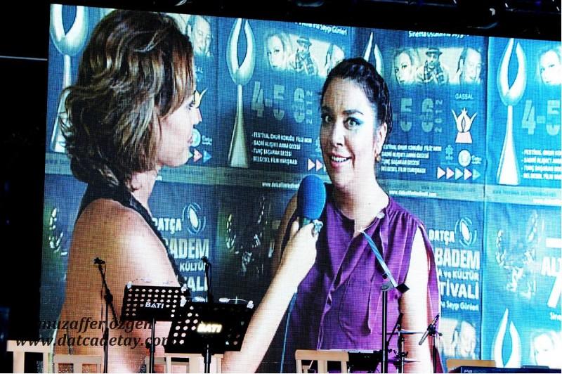 Açelya Elmas sanatçılarla röportaj yaparken