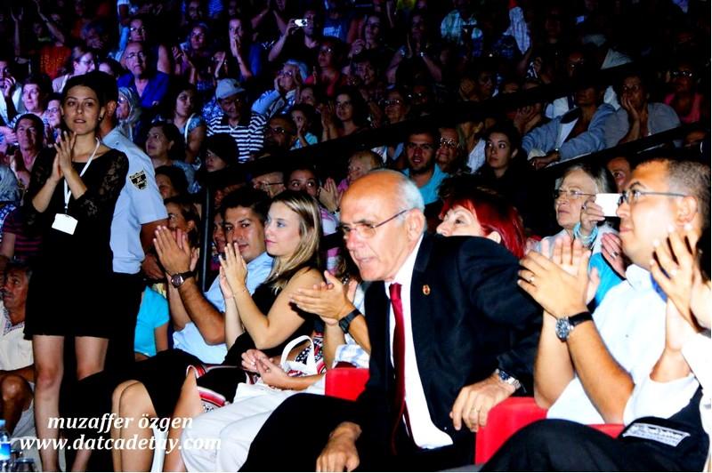 belediye başkanı Şener Tokcan sahneye davet ediliyor