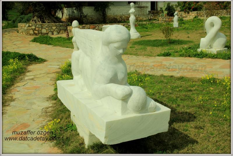 knidos akademi bahçesinde mermer heykel