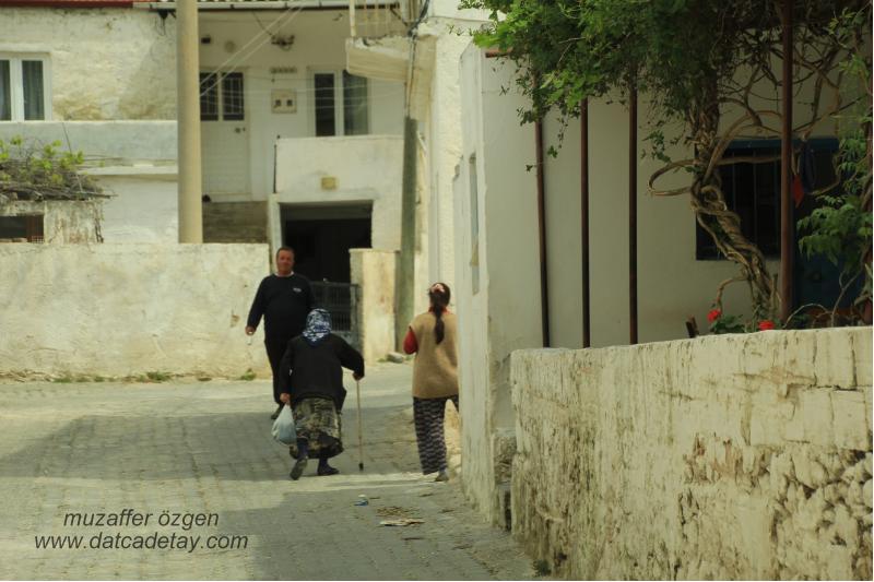 yazıköy sokaklarında yürüyenler