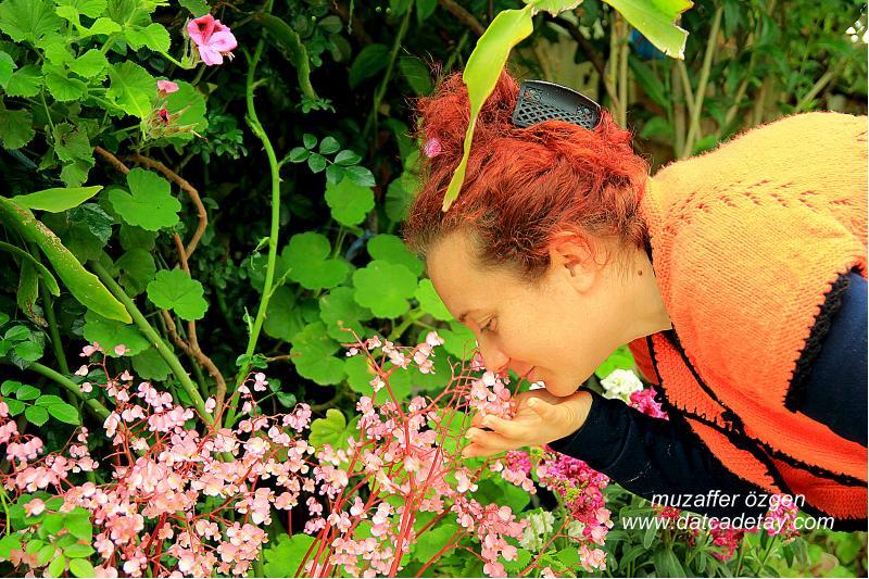 çiçek koklayan bayan