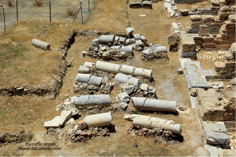 knidos sotoa'da depremle kırılmış sütunlar