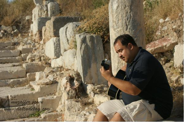 knidos teraslarında gitar çalan adam