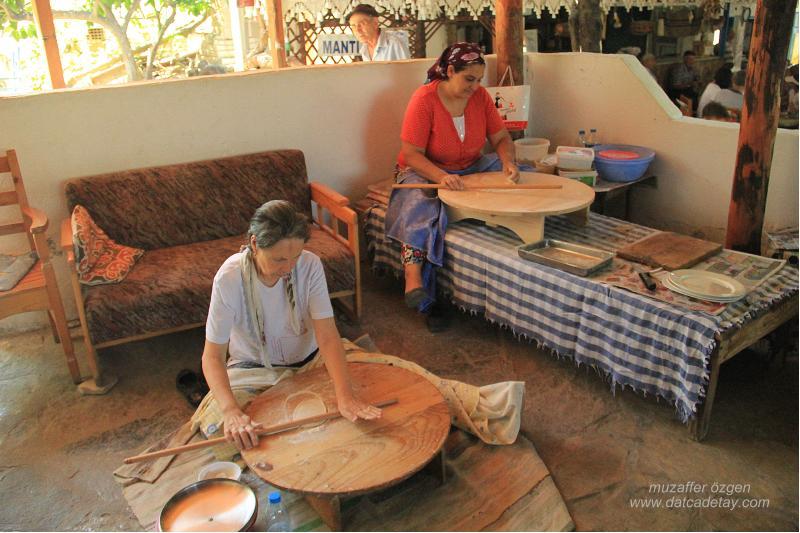 eski datça'da gözleme yapan kadınlar