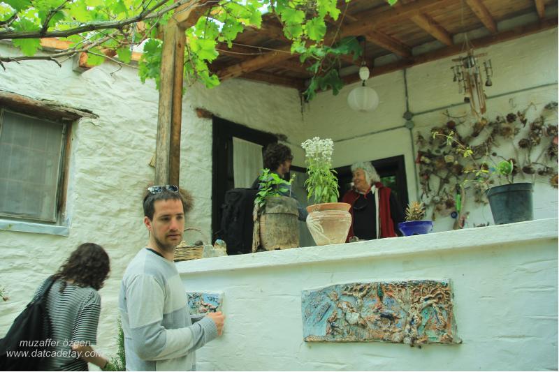 eski datça can yücel evinde ziyaretçiler