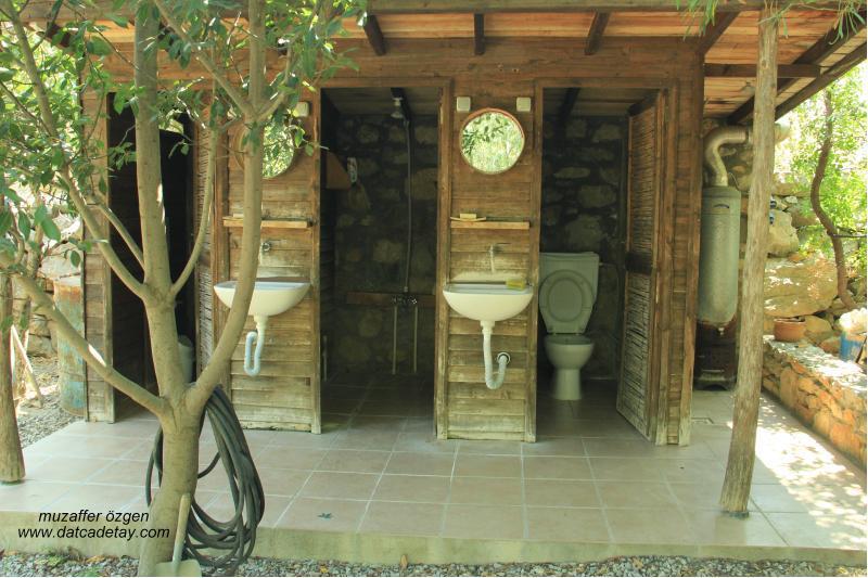 knidia çiftliğinde tuvaletler