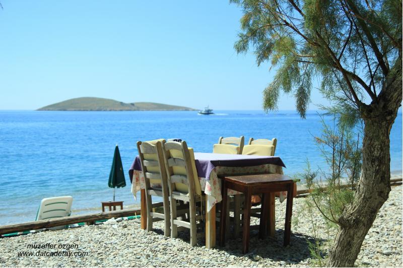 palamutbükü sahilinde masa