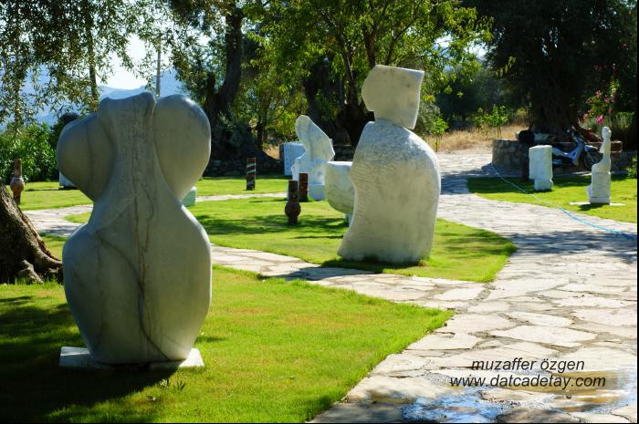 knidos akademi bahçesinde heykeller