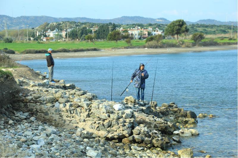 burgaz kalıntılarında amatör balıkçılar