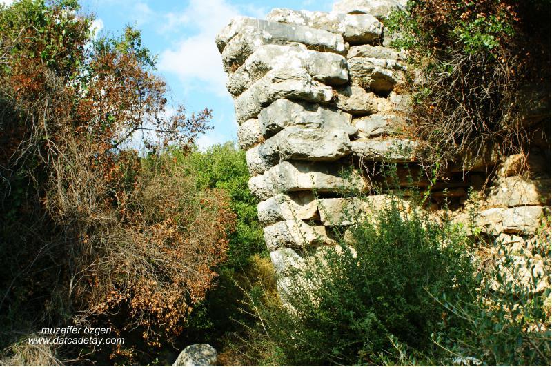 ikizkenar üçgen kemerli antik köprü