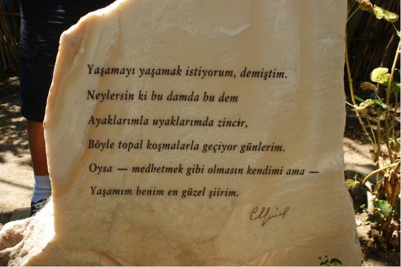 can evinin bahçesindeki şiir yazılı mermer taş