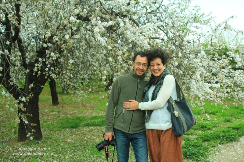 badem çiçekleri arasında fotoğraf çekme