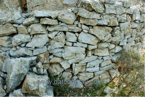 kelebek değirmeninin taş duvarları