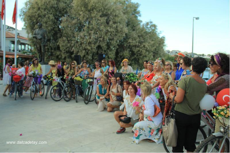 süslü kadınlar bisiklet etkinliği