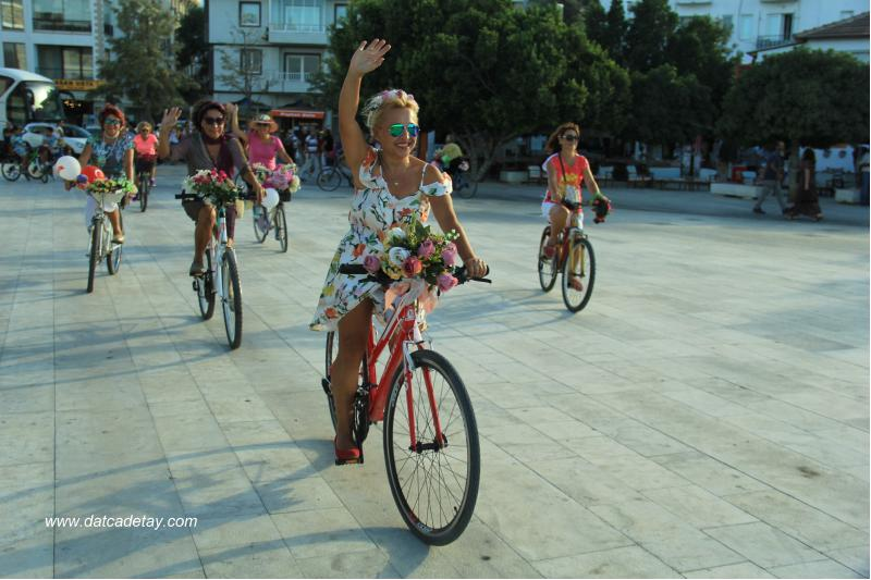 süslü kadınlar bisikletleri ile